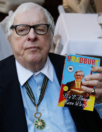 Рэй Брэдбери держит альманах «У нас во всякое время короче Париж».